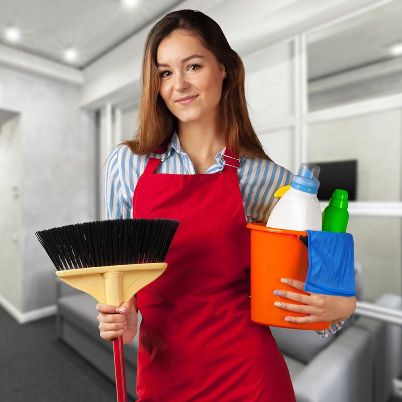 femme-de-nettoyage-à-rabat