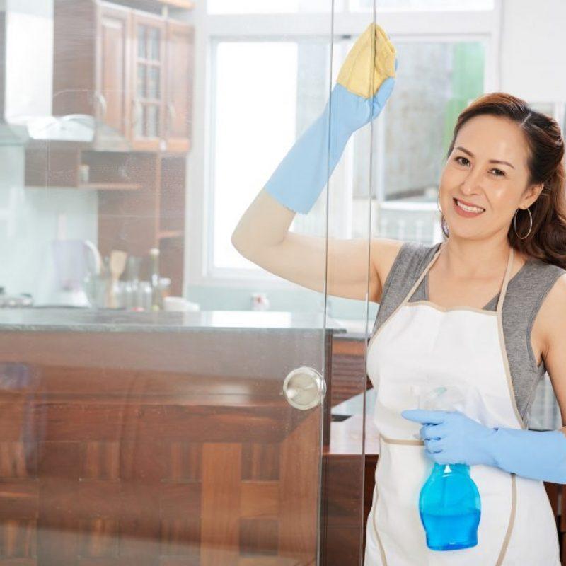 femme-nettoyage-à-rabat